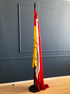 деревянный-кабинетный-флагшток-с-флагом-Воронежа
